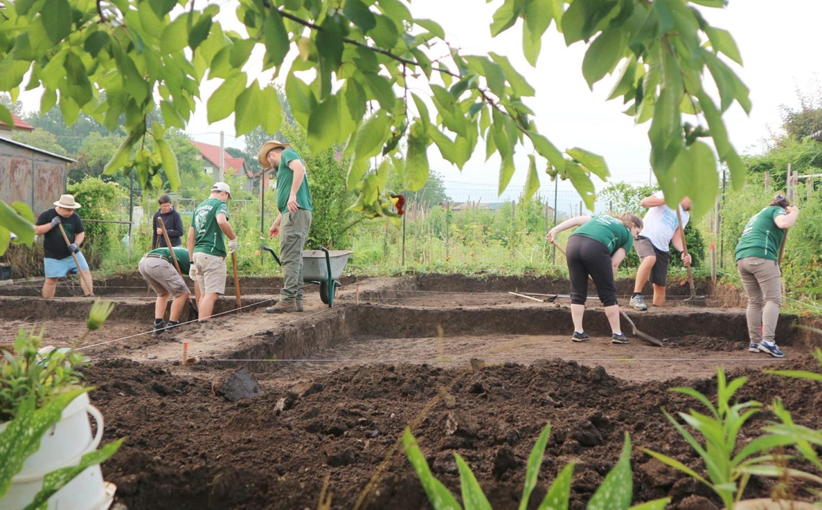 遺跡発掘現場で作業にあたる高校生の考古学ボランティア
